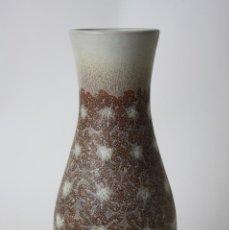 Antigüedades: JARRÓN EN CERÁMICA. ESMALTADA A MANO. FIRMADO SERRA. 31 CM. ALTO APROX.. Lote 43379327