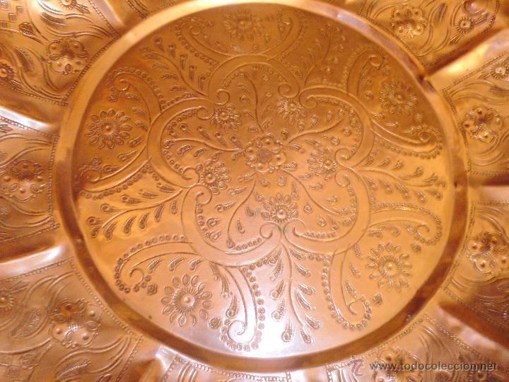 Antigüedades: ANTIGUA BANDEJA EN METAL PLATEADO TODA REPUJADA MEDIADOS DEL SIGLO XX - Foto 3 - 43390979