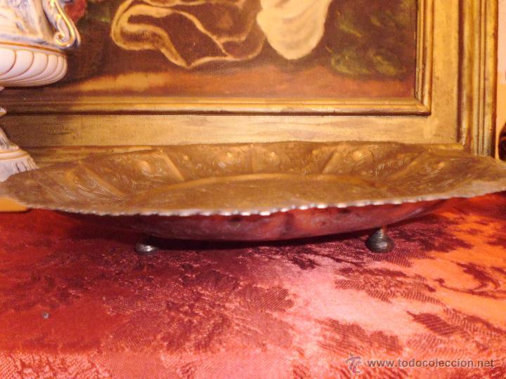 Antigüedades: ANTIGUA BANDEJA EN METAL PLATEADO TODA REPUJADA MEDIADOS DEL SIGLO XX - Foto 4 - 43390979