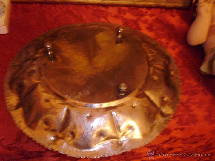 Antigüedades: ANTIGUA BANDEJA EN METAL PLATEADO TODA REPUJADA MEDIADOS DEL SIGLO XX - Foto 5 - 43390979