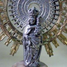 Antigüedades: VINTAGE, IMAGEN DE LA VIRGEN DEL PILAR, SOBRE PEANA DE MARMOL, PILARICA, ZARAGOZA, METAL, 1960S. Lote 43421868