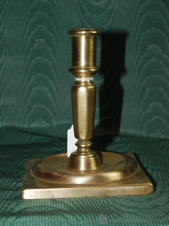 CANDELERO BRONCE. BASE CUADRADA. S XVIII. ESPAÑA (Antigüedades - Iluminación - Candelabros Antiguos)