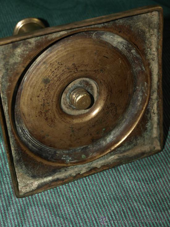 Antigüedades: Candelero Bronce. Base cuadrada. S xviii. españa - Foto 3 - 43424836
