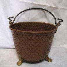 Antigüedades: PRECIOSA CALDERA DE COBRE CON PATAS DE METAL. Lote 43485048