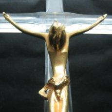 Antigüedades: 58 CM - CRISTO EN BRONCE SOBRE CRUZ DE METACRILATO MOLDURADO - AÑOS 60/70. Lote 32088073