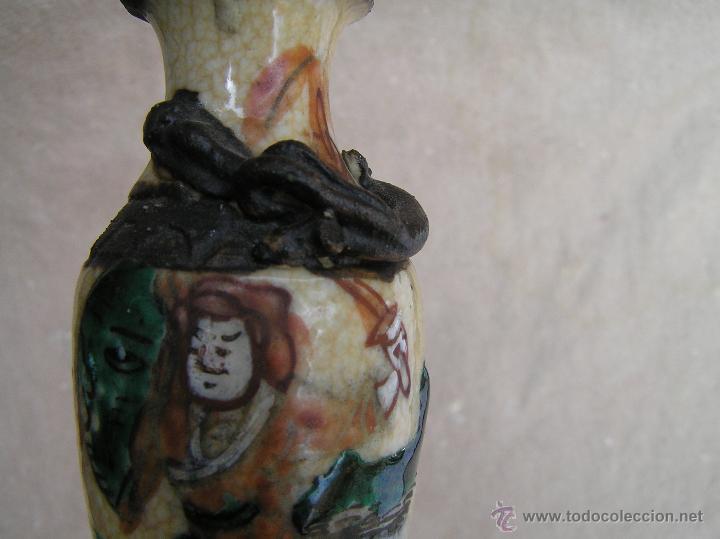 Antigüedades: JARRÓN SATSUMA MINIATURA DECORADO A MANO CON BASE DE MADERA TALLADA. AÑOS 30. - Foto 11 - 43531417