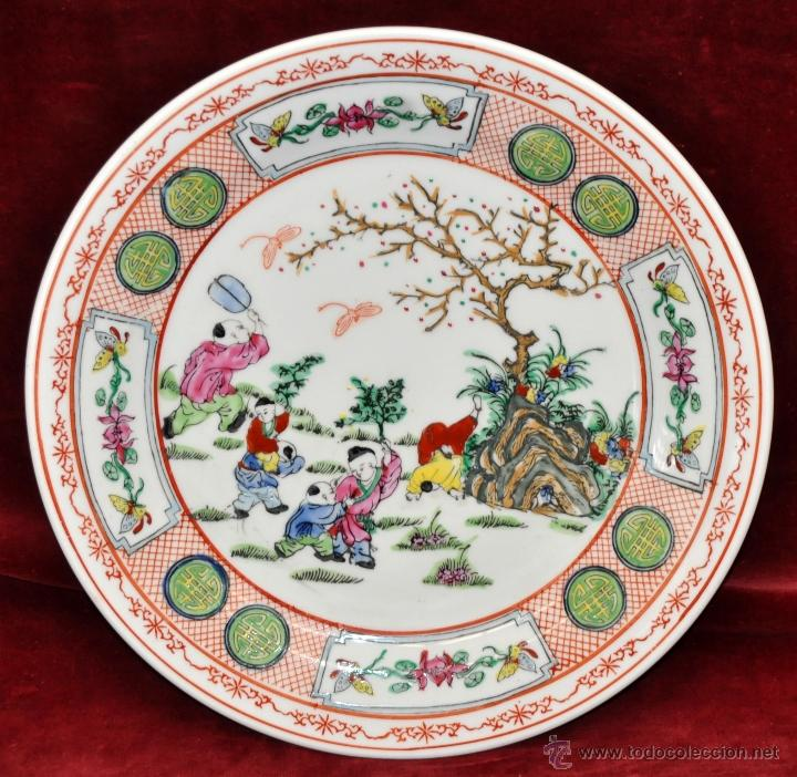 PLATO EN PORCELANA DE MANUFACTURA CHINA CON DECORACIONES PINTADAS A MANO. FIRMADO EN LA BASE (Antigüedades - Porcelanas y Cerámicas - China)