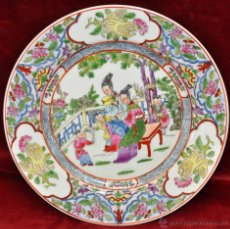 Antigüedades: PLATO EN PORCELANA DE MANUFACTURA CHINA CON DECORACIONES PINTADAS A MANO. FIRMADO EN LA BASE. Lote 43563181