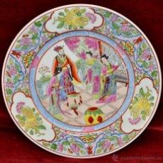 Antigüedades: PLATO EN PORCELANA DE MANUFACTURA CHINA CON DECORACIONES PINTADAS A MANO. FIRMADO EN LA BASE. Lote 43563208