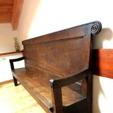 Antigüedades: EXTRAORDINARIO GRAN ESCAÑO MADERA CASTAÑO CON TABLAS DE UNA PIEZA Y TALLA. Lote 43574634
