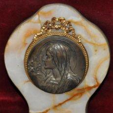 Antigüedades: PILA BENDITERA CON MEDALLÓN DEL ESCULTOR RUFFONY EN BRONCE SOBRE MÁRMOL. CIRCA 1920. Lote 43587604
