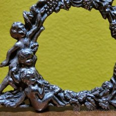 Antigüedades: PRECIOSO PORTA FOTOS DE METAL. ANGELITOS. MARCO DE SOBREMESA.. Lote 43587946