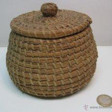 Antigüedades: ANTIGUO PEQUEÑO CESTO CAJA O CANASTO DE MIMBRE CON TAPA. Lote 130322015