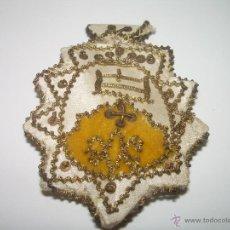 Antigüedades: ANTIGUO ESCAPULARIO BORDADO CON HILO DE ORO....MONTSERRAT. Lote 43622501