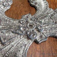 Antigüedades: CURIOSA FLOR DE LIS. EXCAVACIÓN. COLGANTE. PIEZA RARA. METAL LABRADO.. Lote 43632055