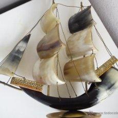 Antigüedades: PRECIOSO BARCO AVELA HECHO DE CORNO DE BOI Y METAL DORADO LA BASE DE MADERA. Lote 43634214