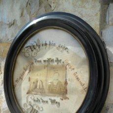 Antigüedades: CUADRO CON FOTOS ANTIGUAS SOBRE TELA BORDADA Y CON MARCO OVALADO ENMARCADO EN NEGRO - SIGLO XIX. Lote 43651668