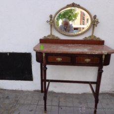Antigüedades: MUY ANTIGUA (SOBRE 1900), RARA Y PRECIOSA CONSOLA-TOCADOR, REPISA DE GRUESO BRONCE REPUJADO Y COMPLE. Lote 43658629