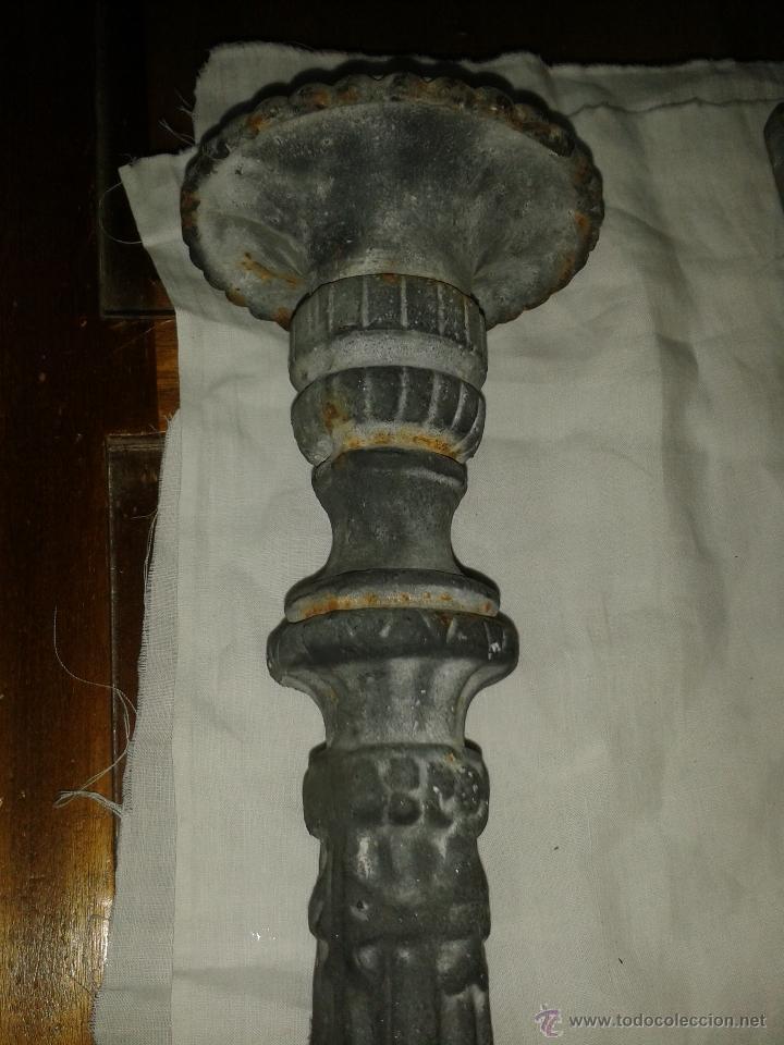 Antigüedades: pareja de candelabros de hierro pintados, sXIX - Foto 2 - 43672433