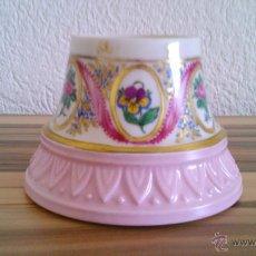 Antigüedades: JARRÓN DE PORCELANA ROSA Y BLANCA PINTADO A MANO POR M .LOUISE 1988 LIMOGES.. Lote 43726483