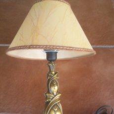 Antigüedades: LAMPARA DE SOBREMESA DE METAL CALADO DORADO BASE DE BRONCE. Lote 43744369