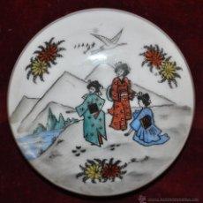 Antigüedades: CAJITA EN PORCELANA CON MOTIVOS PINTADOS DE TEMA ORIENTAL. CIRCA 1900. Lote 43765680