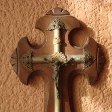 Antigüedades: BENDITERA DE MADERA CON CRUCIFIJO DE METAL Y FILIGRANAS DE LATON BENDITERA DE METAL FINALES DE XIX. Lote 43779750