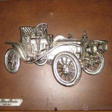 Antigüedades: PRECIOSO CUADRO EN RELIEVE DE COCHE MODELO DION BOUTON 1910 SOBRE PIEL MARRON. Lote 43804030