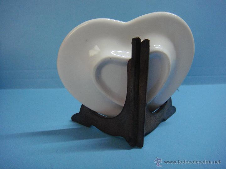 Antigüedades: Bonito plato de porcelana decorado a mano con motivos florales. Platito con forma de corazón. - Foto 2 - 43826688