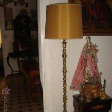 Antigüedades: PRECIOSA LAMPARA DE PIE, BRONCE, ANTIGUA, CON MAMPARA, FUNCIONA PERFECTAMENTE, MUY PESADA, 173 CM. Lote 24788536
