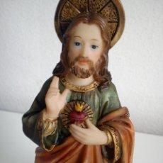 Antigüedades: BONITA ESCULTURA DE SAGRADO CORAZON DE JESUS HECHO DE ESCAYOLA,PINTADO A MANO SELADO C.RD 1998. Lote 43897362