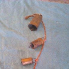 Antigüedades: ANTIGUA TIRA DE 5 CENCERROS ATADOS EN CUERDA NARANJA.. Lote 43915699