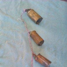 Antigüedades: ANTIGUA TIRA DE 4 CENCERROS ATADOS EN CUERDA MORADA .. Lote 43915748