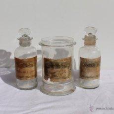 Antigüedades: CONJUNTO MODERNISTA FORMADO POR DOS FRASCOS DE FARMACIA Y RECIPIENTE. Lote 43932471