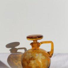 Antigüedades: LICORERA GRABADA AL ACIDO EN COLOR AMBAR TCHECOSLOVAQUIE ART DECO. Lote 43932837