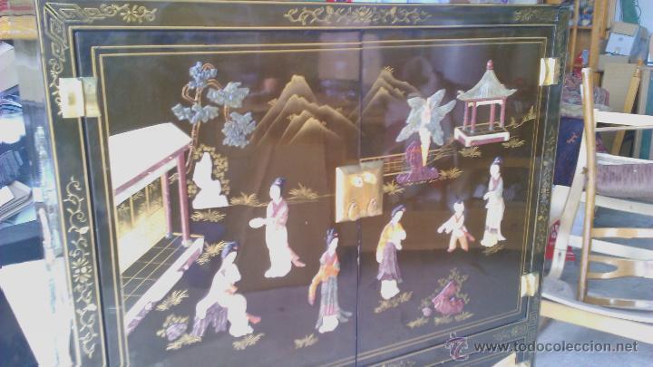 Antigüedades: Antiguo armario chino lácado en negro con imágenes talladas en Jade,Mármol y Nácar.laca china - Foto 3 - 43936177