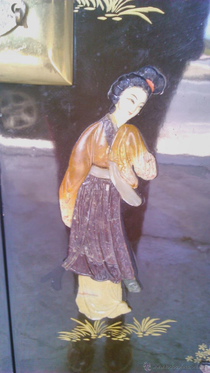 Antigüedades: Antiguo armario chino lácado en negro con imágenes talladas en Jade,Mármol y Nácar.laca china - Foto 6 - 43936177