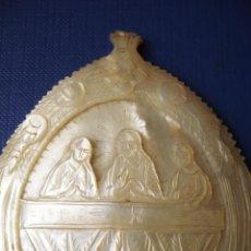Antigüedades: ANTIGUA CONCHA MEDALLA RELIGIOSA REALIZADA EN MADREPERLA (NACAR) REPRESENTANDO A JESUS Y LA VIRGEN. Lote 44015331