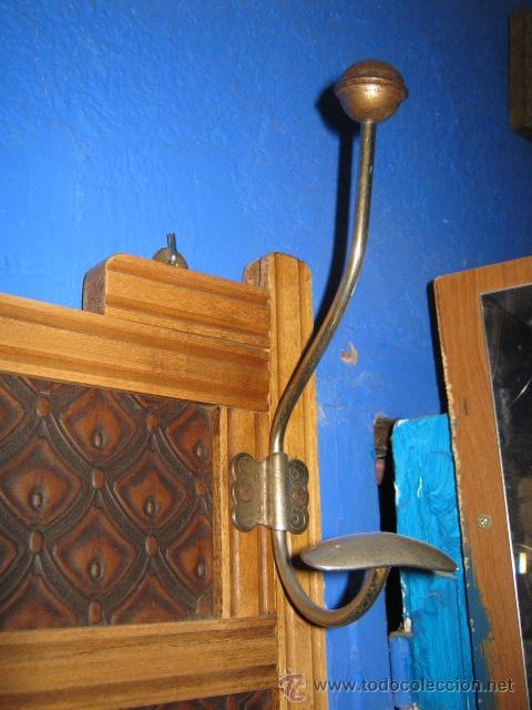 Antigüedades: Perchero modernista de pared con espejo biselado en el centro. - Foto 4 - 44017238
