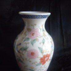 Antigüedades: JARRON EN PORCELANA CHINA CON PAJAROS Y ROSAS THE LEONARDO COLLECTION 21,5 CM. Lote 44038629