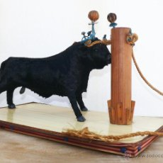 Antigüedades: GENIAL FIGURA ARTE TAURINO CON TORO EMBOLADO ARTESANAL EN MADERA METAL Y TELA TIPO PELO. Lote 44071071