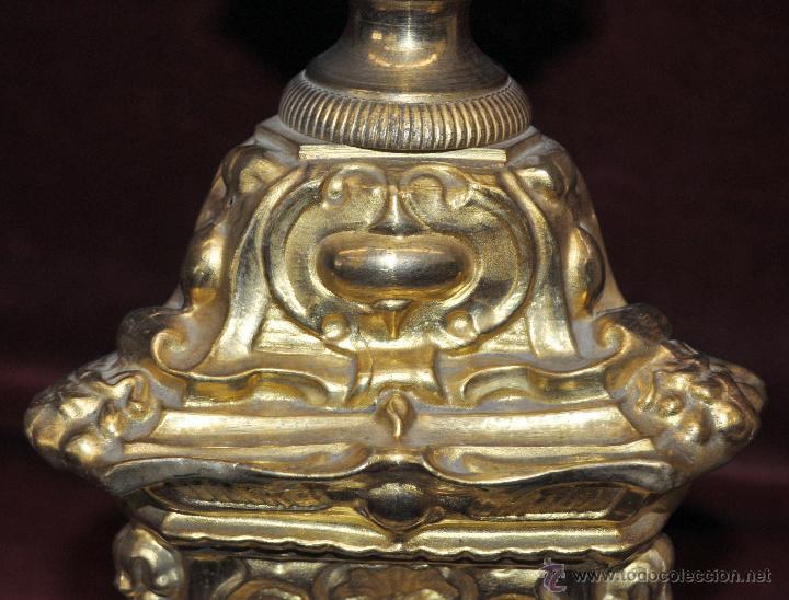 Antigüedades: MAGISTRAL CANDELERO EN LATÓN REPUJADO DE FINALES DEL SIGLO XIX. 58 CM. DE ALTURA - Foto 4 - 44073199