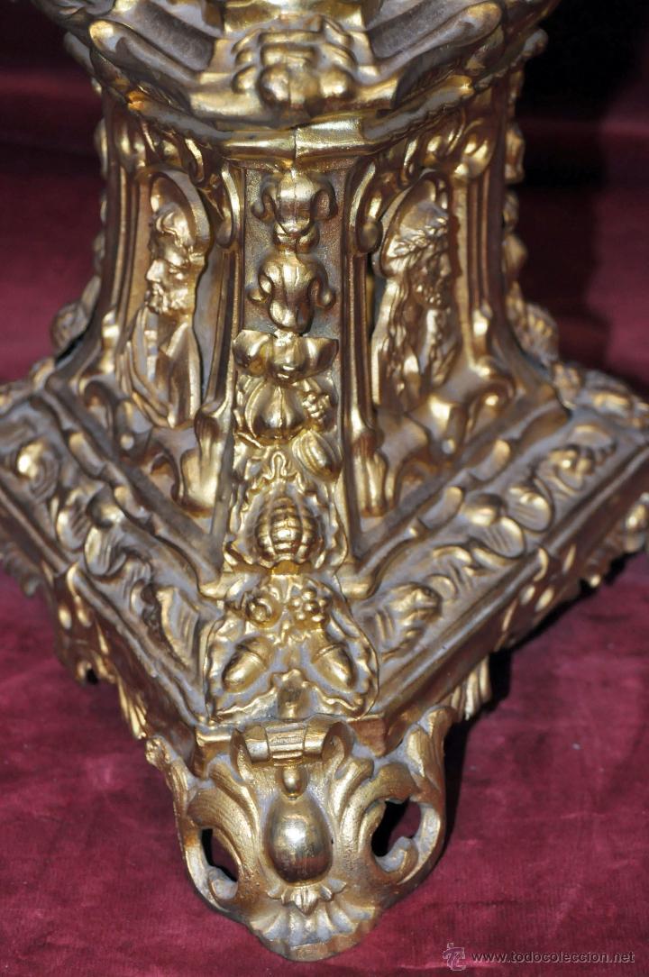 Antigüedades: MAGISTRAL CANDELERO EN LATÓN REPUJADO DE FINALES DEL SIGLO XIX. 58 CM. DE ALTURA - Foto 6 - 44073199