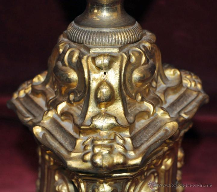 Antigüedades: MAGISTRAL CANDELERO EN LATÓN REPUJADO DE FINALES DEL SIGLO XIX. 58 CM. DE ALTURA - Foto 7 - 44073199