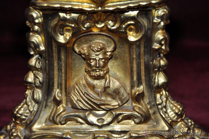 Antigüedades: MAGISTRAL CANDELERO EN LATÓN REPUJADO DE FINALES DEL SIGLO XIX. 58 CM. DE ALTURA - Foto 8 - 44073199