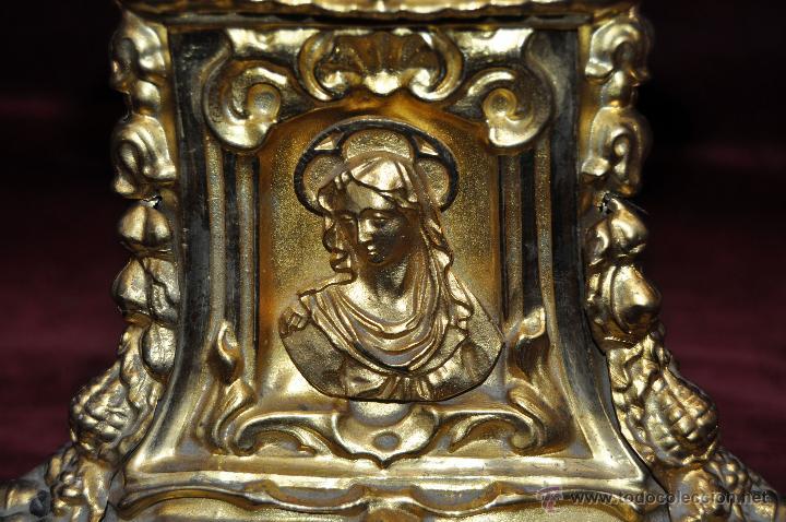 Antigüedades: MAGISTRAL CANDELERO EN LATÓN REPUJADO DE FINALES DEL SIGLO XIX. 58 CM. DE ALTURA - Foto 9 - 44073199