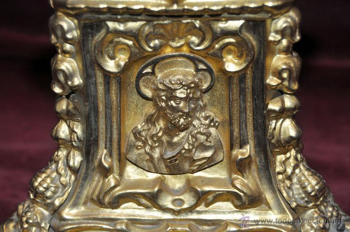 Antigüedades: MAGISTRAL CANDELERO EN LATÓN REPUJADO DE FINALES DEL SIGLO XIX. 58 CM. DE ALTURA - Foto 10 - 44073199
