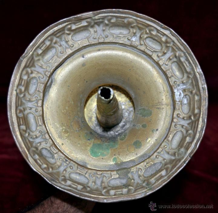 Antigüedades: MAGISTRAL CANDELERO EN LATÓN REPUJADO DE FINALES DEL SIGLO XIX. 58 CM. DE ALTURA - Foto 15 - 44073199