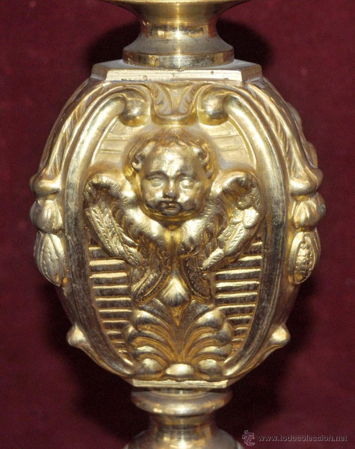 Antigüedades: MAGISTRAL CANDELERO EN LATÓN REPUJADO DE FINALES DEL SIGLO XIX. 58 CM. DE ALTURA - Foto 17 - 44073199