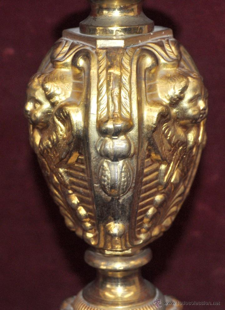 Antigüedades: MAGISTRAL CANDELERO EN LATÓN REPUJADO DE FINALES DEL SIGLO XIX. 58 CM. DE ALTURA - Foto 18 - 44073199